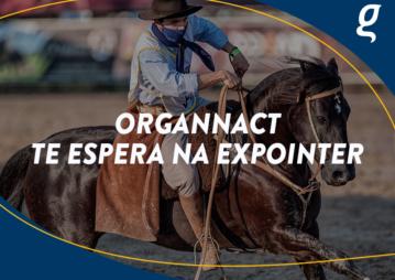 Homem em cima do cavalo. A imagem contém o texto Organnact te espera na Expointer.